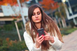 Frau mit Smartphone, Bild: CC0